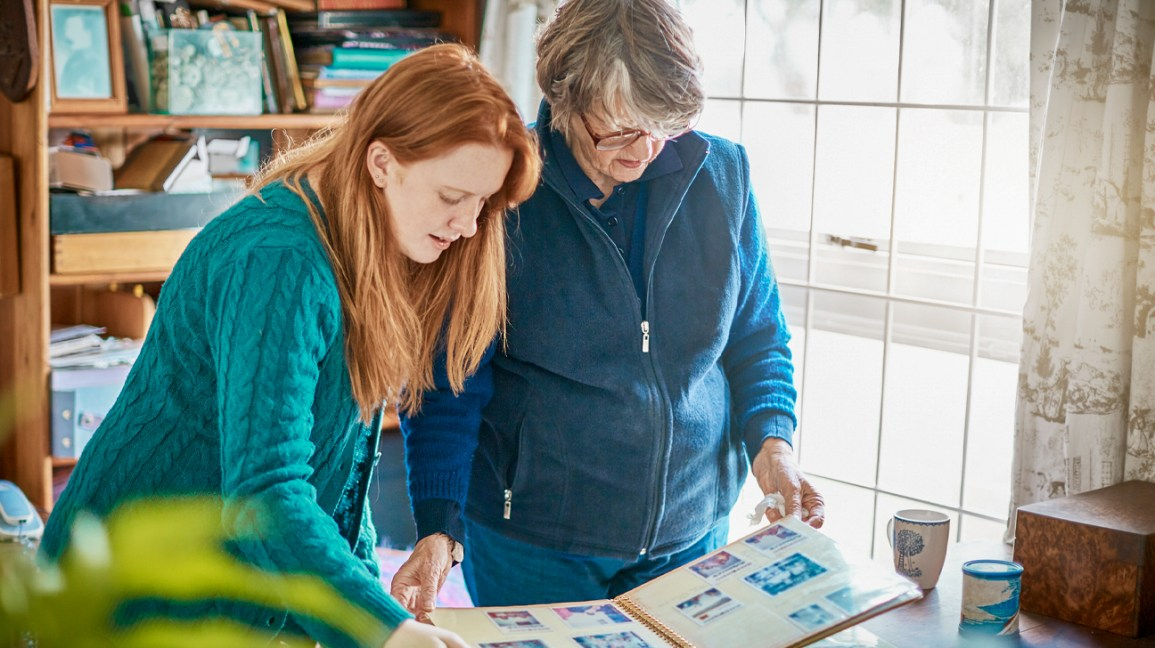 What are the early signs and indications for Alzheimer's Disease?